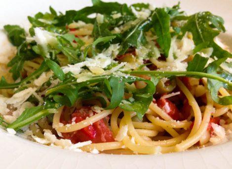 Spaghetti met verse tomaat en rucola
