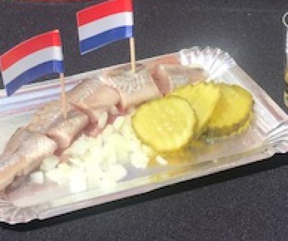 HOLLANDSE NIEUWE HARING…………LEKKERRRRRRRR !!!
